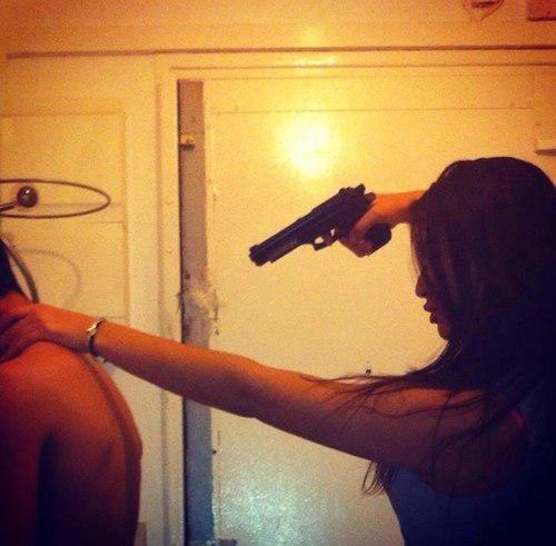 материалы фото девушки наставившей пистолет на парня состав группы входили
